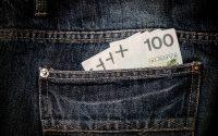 banknoty stuzłotowe w kieszeni