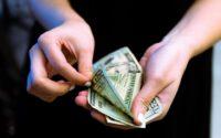 Dłonie liczące pieniądze